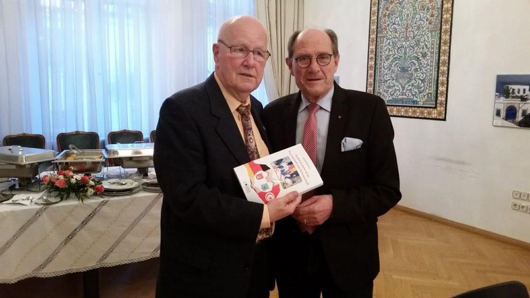 DTG Ehrenpräsident Rolf Dieter Backhauss (re) <br>überreicht Detlef Mai nach seiner Laudatio ein Buch