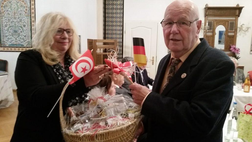 Frau Irene Hitari-Wüst, Leiterin Sektion Bayern, <br> überreicht Detlef Mai fränkische Spezialitäten