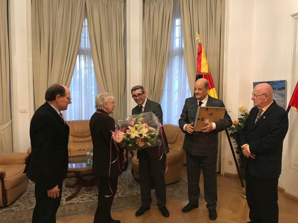 S.E. Botschafter Ahmed Chafra überreicht Renate Mai <br> einen Blumenstrauß