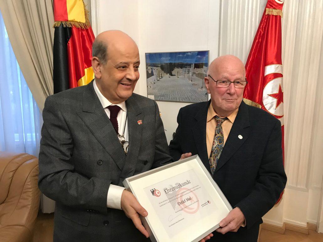 Der Präsident der DTG, Raouf Khammassi (li) überreicht<br>Detlef Mai die Ehrenurkunde zur Ehrenmitgliedschaft